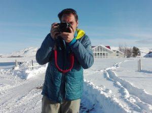 Jorge apuntando con la camara en un paisaje nevado de Islandia