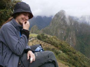 Judith sonriendo con Machu Pichu de fondo